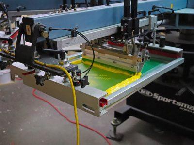 Maschine bei der Arbeit von Textilsiebdruck