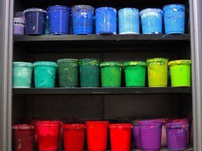 Farbeimer nach Farbe im Regal sortiert